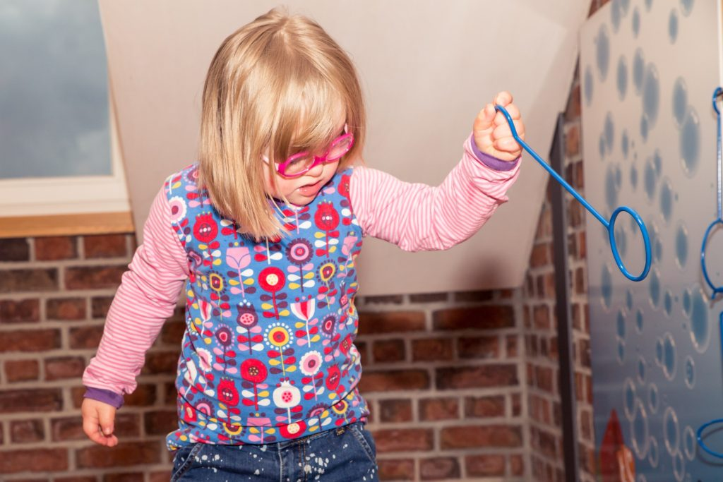 Niña pequeña con discapacidad intelectual por síndrome de down